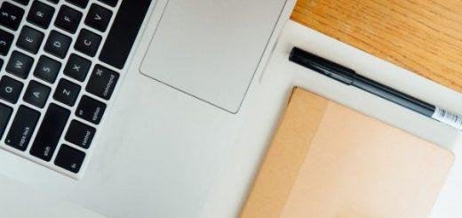 ordinateur et accessoires bien placés sur une table
